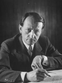 André Malraux, stylo à la main - photo noir et blanc